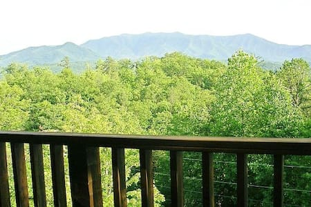 """Just The Two Of Us""  Views & Privacy! Everything! - Gatlinburg - Blockhütte"