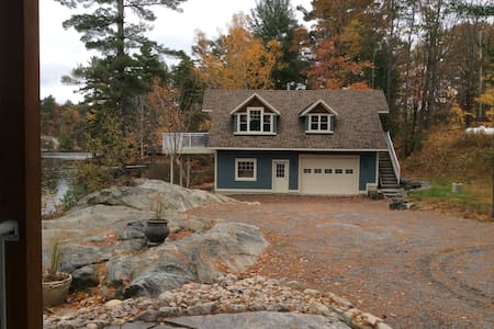 Stunning Waterfront Retreat Guest cottage 1 bdrm - Seguin - Hytte
