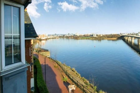 Comfy Cardiff Bay Flat With Water Views & WiFi - Cardiff - Apartment
