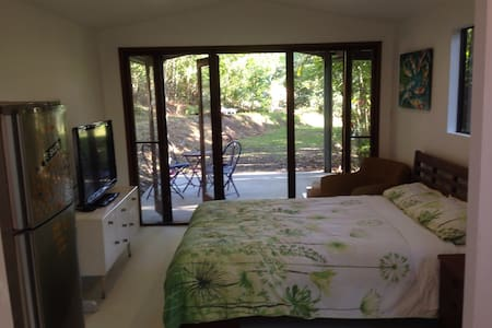 Private granny flat with pool, walk to the markets - Eumundi - Guesthouse