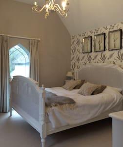Beautiful light double bedroom - Hambledon - Rumah
