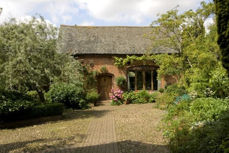 Coachhouse in lovely Walled Garden;Leicester 8 mi - Casa