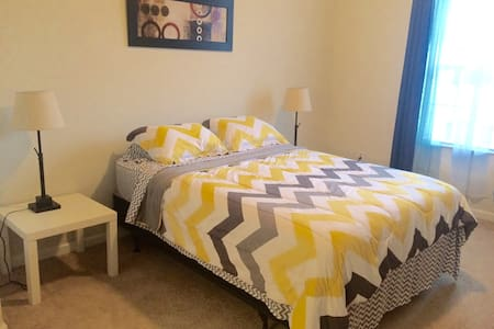 Awesome Master Bedroom + Bath close to Universal - Orlando - Apartment