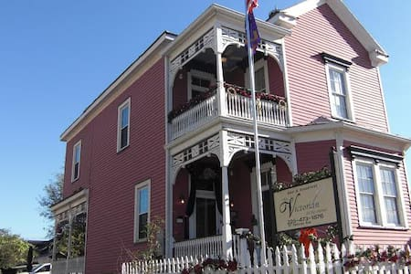 The Victorian on the Avenue is clean, comfortable. - Pousada