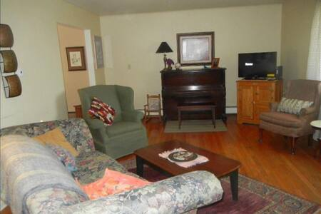 Bright corner bedroom with Queenbed - Morgantown - House