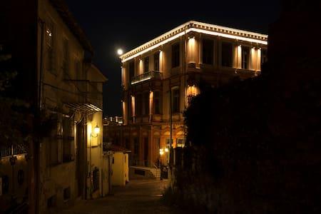 """Δωμάτιο με θέα στο Αρχοντικό """"Καραμπέτση"""" 1896! - Xanthi - Townhouse"""