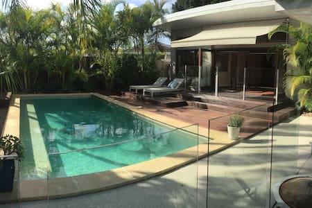 Luxury room with a pool view - Broadbeach Waters - House