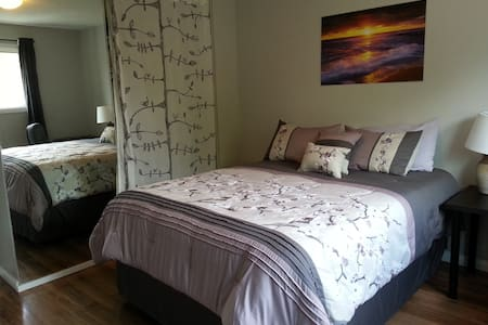 Master bedroom with 2 piece ensuite - Calgary - House