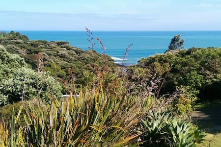 Peaceful Bush and Beach Cottage - Raglan
