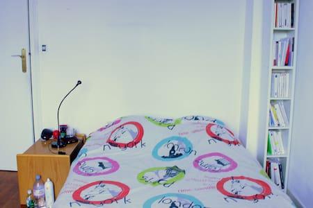 Grande chambre colorée à Bachut ! - Apartment