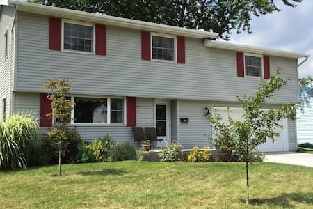2 Private Rooms w/Queen and Full bed, close to ND - South Bend - House