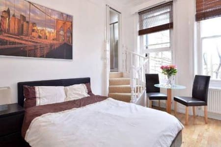 Bright 2nd floor studio flat in Sloane Square