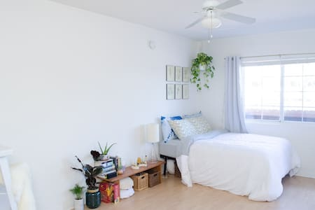 Sunny Studio Blocks from the Beach! - Los Angeles - Apartment