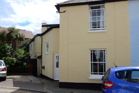 Cosy room, across the road from the beach - Whitstable - House