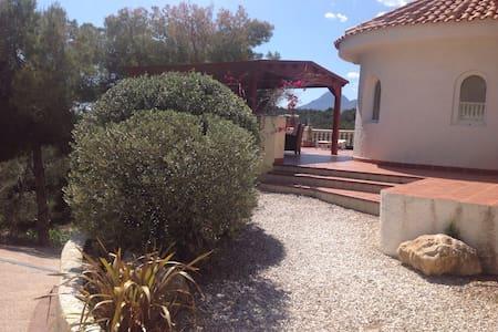 Villa entre pinos junto al golf - House