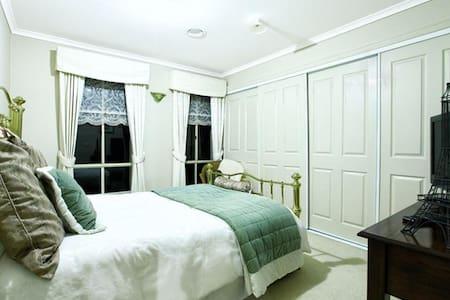 Private Comfy Room & Bath or Homestay in Greenvale - Greenvale - Haus
