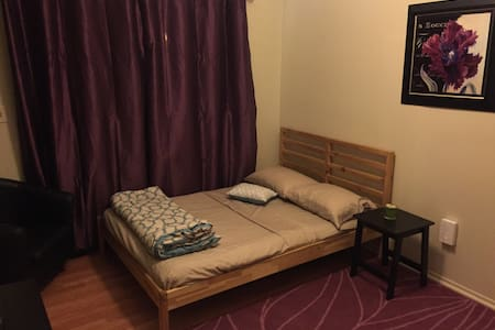 Full Bed sleeps4(futon upon request - Řadový dům