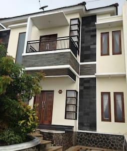Vila Kencana Apel D3 Kota Batu , Jawa Timur - Villa