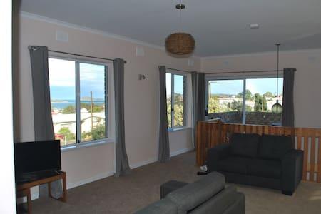 Apartment with Granite Island Views - Hayborough - Leilighet