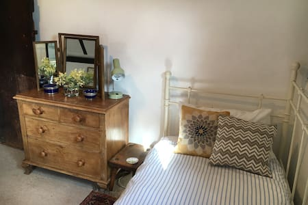 Single room in a farmhouse. - Wolverhampton   - Bed & Breakfast