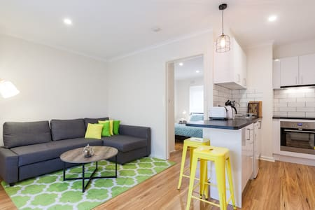 1 Bdr Metres to Monash University - Caulfield East