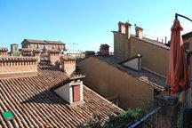 Camera in centro con vista tetti