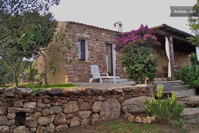 La casetta casa con piscina a arzachena for La pietra tradizionale casa santorini