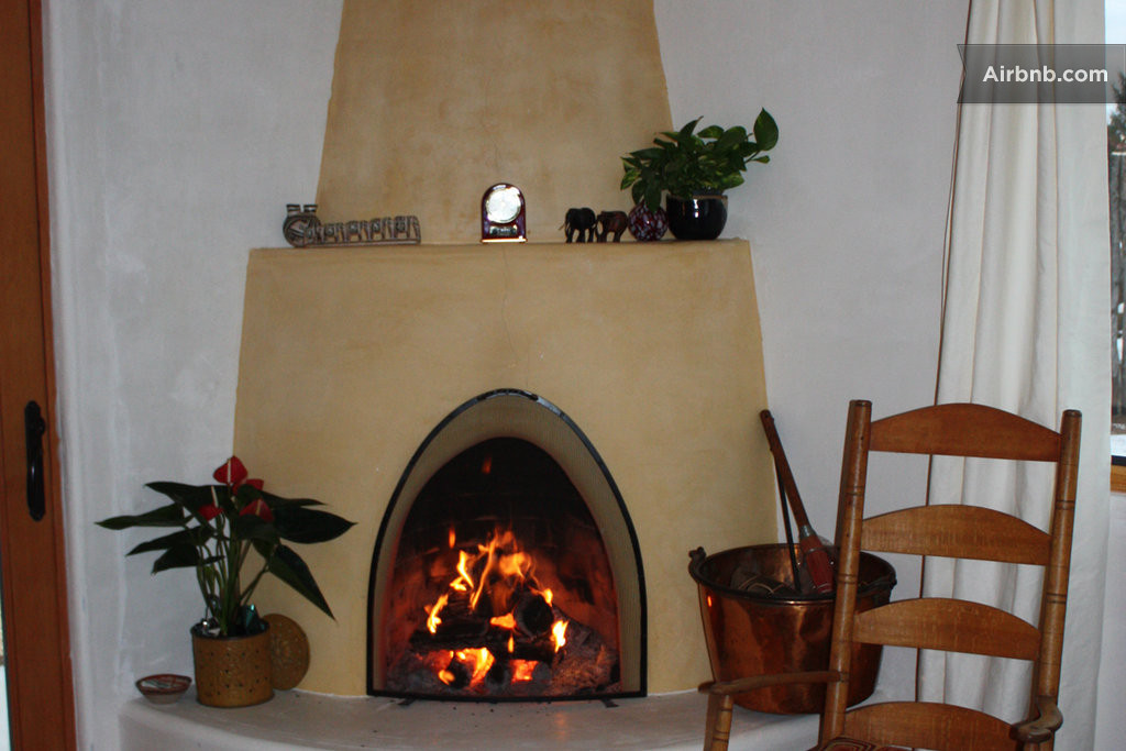 Comfortable private casita in taos for Kiva fireplace